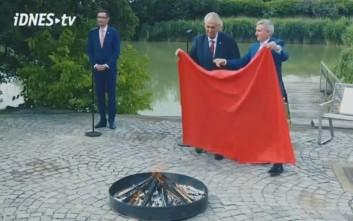 Ανελέητο τρολάρισμα του προέδρου της Τσεχίας στους δημοσιογράφους