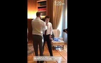 Όταν ο Τζανακόπουλος έβαλε τη γραβάτα στον Τσίπρα
