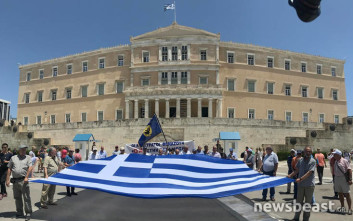 Με μια μεγάλη ελληνική σημαία στο Σύνταγμα οι απόστρατοι