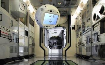 Ιπτάμενο ρομπότ με φάτσα καρτούν ταξιδεύει στο διάστημα