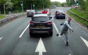 Οργισμένος οδηγός βγαίνει από το αμάξι για να πετάξει κάτι ιδιαίτερο στο όχημα πίσω