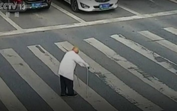 Ηλικιωμένος περνά το δρόμο, το φανάρι ανάβει και η συνέχεια συγκινεί