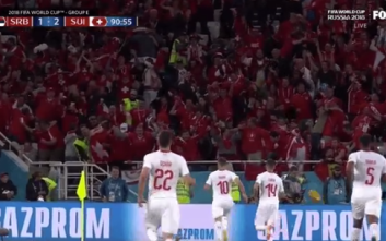 Οπαδός της Ελβετίας πέταξε κεφάλι τυρί στο γήπεδο