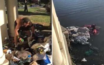 Άνδρας πετά με μανία τα πράγματα άστεγου στα νερά της λίμνης