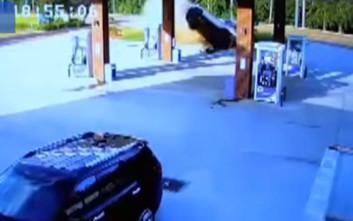 Αμάξι εκτοξεύτηκε στον αέρα, καρφώθηκε σε βενζινάδικο κι η οδηγός δεν έπαθε το παραμικρό