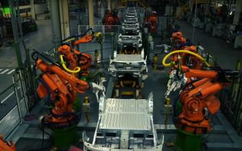 Το εργοστάσιο όπου άνθρωποι εργάζονται «χέρι-χέρι» με ρομπότ