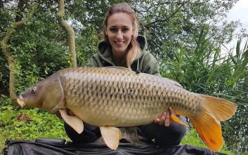 Η Άννα Κορακάκη ψάρεψε ένα κυπρίνο 15 κιλών