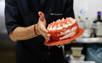 Ο Νίκος Κουκιάσας μας δίνει τη συνταγή για την πιο νόστιμη τούρτα παγωτό Red velvet