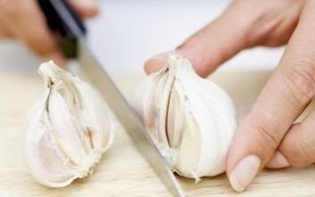 Το φαγώσιμο που διώχνει τη μυρωδιά του σκόρδου από τα χέρια