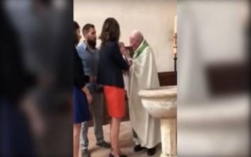 Σε διαθεσιμότητα Γάλλος ιερέας που χαστούκισε μωρό σε βάπτιση