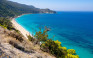 Η μαγευτική παραλία της Λευκάδας με το πευκοδάσος και τα πεντακάθαρα νερά