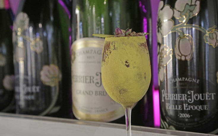Queen, ένα champagne & cocktail bar- σήμα κατατεθέν του μυκονιάτικου nightlife