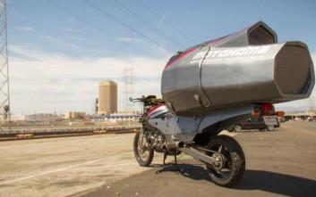 Μία μοτοσυκλέτα με δωμάτιο για μεγάλα ταξίδια