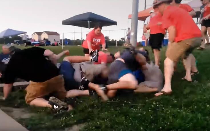 Κλωτσιές και μπουνιές μεταξύ γονιών σε… παιδικό αγώνα σόφτμπολ