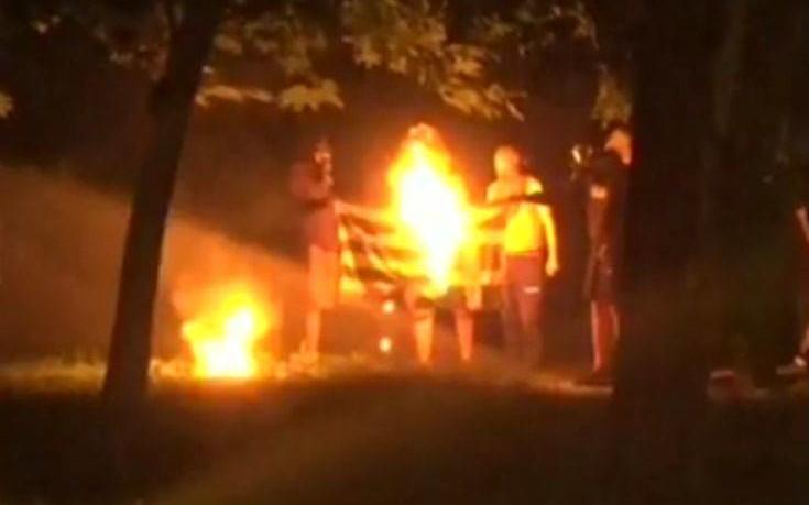 Έκαψαν την ελληνική σημαία στα Εξάρχεια