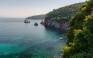 Η πευκόφυτη παραλία του Στάφυλου στη Σκόπελο