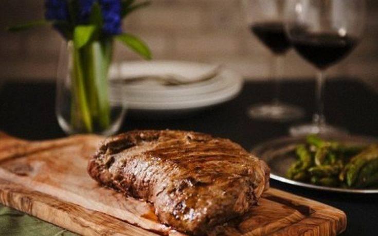 Γιατί δεν πρέπει να τρυπάμε το κρέας με πιρούνι όταν το μαγειρεύουμε