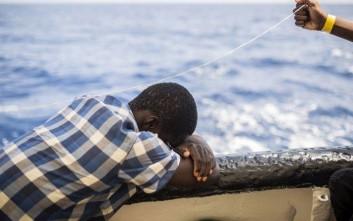 Το μωρό μιας μετανάστριας γεννήθηκε και πέθανε μέσα στη βάρκα προς τα Κανάρια Νησιά