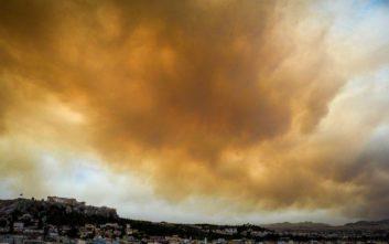Ο καπνός από τη φωτιά στην Κινέτα σκέπασε τον ήλιο στην Αθήνα