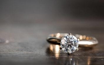 Βρήκε το διαμαντένιο δαχτυλίδι προτού γίνει η πρόταση και τα άκουσε για την κριτική της