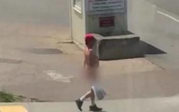 Έκανε βόλτα γυμνός στην πόλη και είχε και δικαιολογία για αυτό