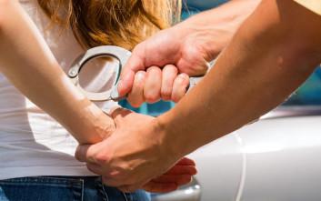 Στα πράσα πιάστηκαν τέσσερις γυναίκες την ώρα που μπούκαραν σε σπίτι στη Γλυφάδα