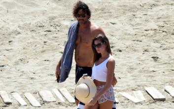 Ο Κώστας Κοκκινάκης με την όμορφη σύντροφό του στη Τήνο
