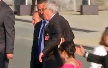 Υποβασταζόμενος ο Γιούνκερ στην αναμνηστική φωτογραφία της συνόδου του ΝΑΤΟ