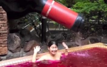 Χαλαρωτικό μπάνιο μέσα σε ζεστό κόκκινο κρασί