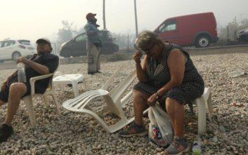 Κόσμος στην παραλία της Κινέτας την ώρα της πυρκαγιάς