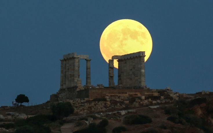 Έτσι ανέτειλε το «ματωμένο φεγγάρι» στο ναό του Ποσειδώνα στο Σούνιο