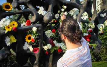 Πολίτες γέμισαν λουλούδια το Μνημείο Ολοκαυτώματος στη Θεσσαλονίκη