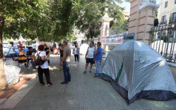 Με σκηνές έξω από το υπουργείο Μακεδονίας - Θράκης