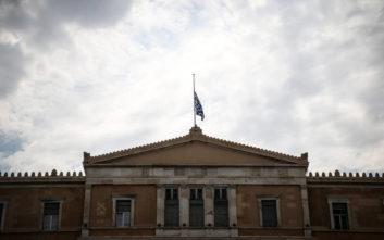 Μεσίστια η σημαία της Βουλής μετά την τραγωδία στην Αττική