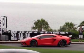 Πασίγνωστος ποπ σταρ οδηγεί Lamborghini με... παντόφλες