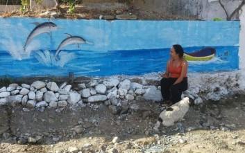 Η γυναίκα που δίνει χρώμα σε ερειπωμένα κτίρια και γυμνούς τοίχος