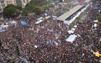Δεκάδες χιλιάδες άνθρωποι στους δρόμους του Μπουένος Άιρες κατά του ΔΝΤ