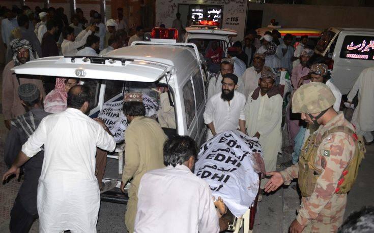 Εκατόμβη νεκρών από την επίθεση αυτοκτονίας στο Πακιστάν