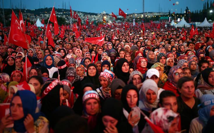 Αγώνα «χωρίς ανάπαυλα» προανήγγειλε ο Ερντογάν στην επέτειο της απόπειρας πραξικοπήματος