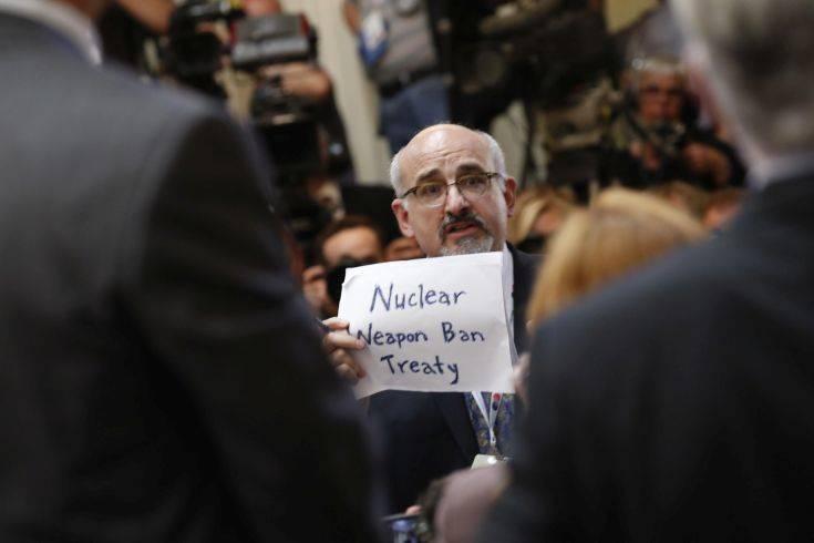 Το απρόοπτο στη συνέντευξη Τύπου Τραμπ και Πούτιν με τον διαδηλωτή για τα πυρηνικά