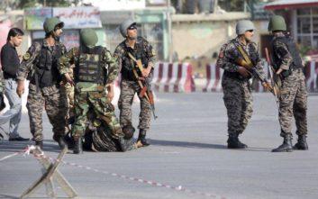 Λουτρό αίματος στη βομβιστική επίθεση στο αεροδρόμιο της Καμπούλ