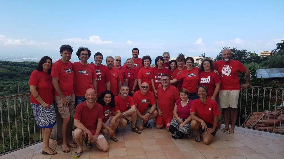 8430163736ca Χιλιάδες Ιταλοί φορούν κόκκινα μπλουζάκια σε ένδειξη αλληλεγγύης προς τους  μετανάστες