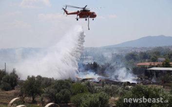 Ελικόπτερο συμμετέχει στην επιχείρηση κατάσβεσης στο Μενίδι