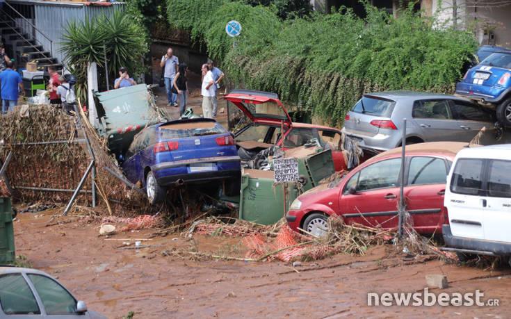 Εμφανίστηκαν τα αυτοκίνητα που είχαν θαφτεί κάτω από τις λάσπες στο Μαρούσι