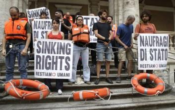 Ακτιβιστές αλυσοδέθηκαν μπροστά από το ιταλικό υπουργείο Μεταφορών