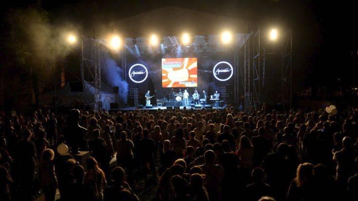 Πανηγυρισμοί σε 15 πόλεις της ΠΓΔΜ για την πρόσκληση στο ΝΑΤΟ