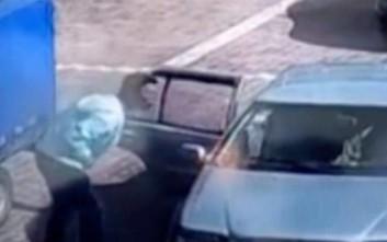Το αμάξι πήρε φωτιά και εκείνος έκανε… φου για να τη σβήσει