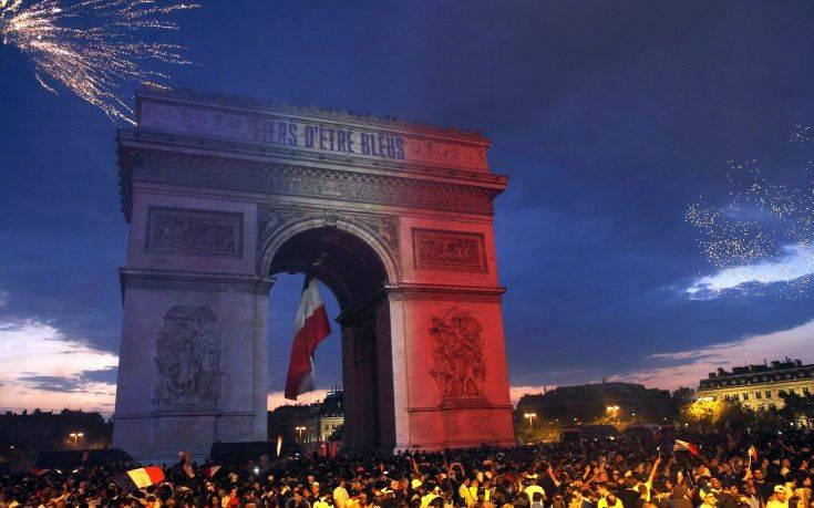 Ξέφρενοι πανηγυρισμοί στο Παρίσι για τον θρίαμβο στο Παγκόσμιο Κύπελλο