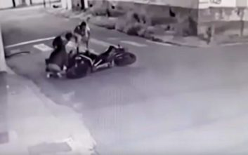 Επιχείρησαν να του κλέψουν τη μηχανή, αλλά κατέληξαν ο ένας στο χώμα κι ο άλλος στο νοσοκομείο