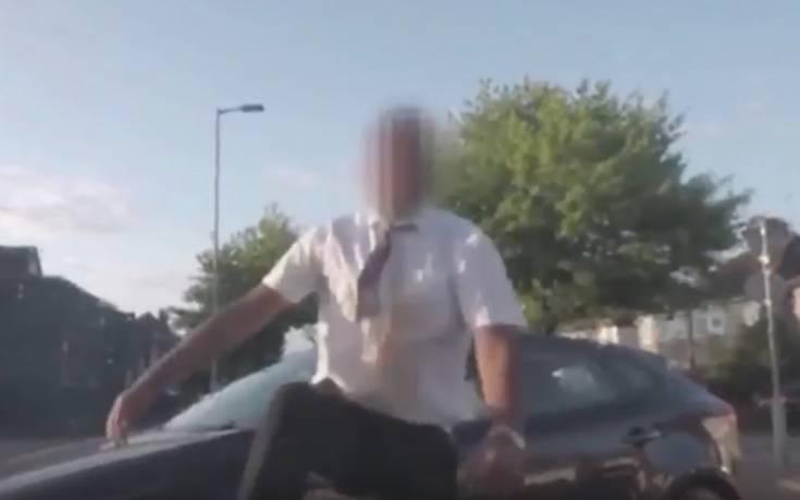 Χύθηκε ο καφές, λέρωσε το πουκάμισό του και ξέσπασε σε οδηγό